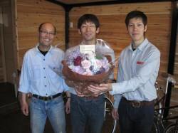 祝花に感激したスタッフ一同