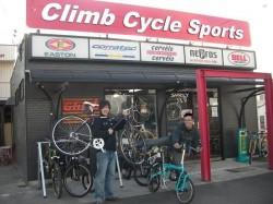 Climb 店頭でアピールするスタッフ
