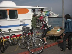 今治港に到着して、バイクを下ろしてもらっている所