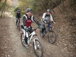 菖蒲谷クロスカントリー林道を走るClimbライダー